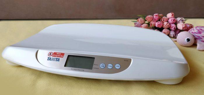 Kojenecká váha Tanita - pro novorozence i děti do 20 kg. Snadné půjčení na Praze 10 - součást výbavičky pro miminko v začátcích kojení.