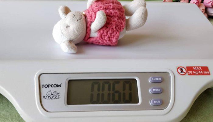 Kojenecká váha Topcom - pro novorozence i děti do 20 kg. Snadné půjčení na Praze 10 - součást výbavičky pro miminko v začátcích kojení.